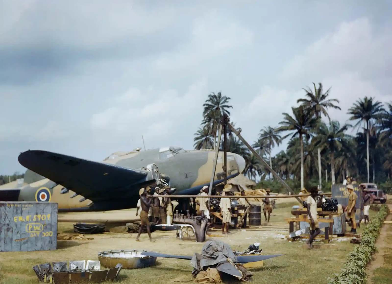 A RAF-szerelőknek segítő helyi munkavállalók kicserélik a Lockheed Hudson motorját a gambiai Yundumban, 1943. április.