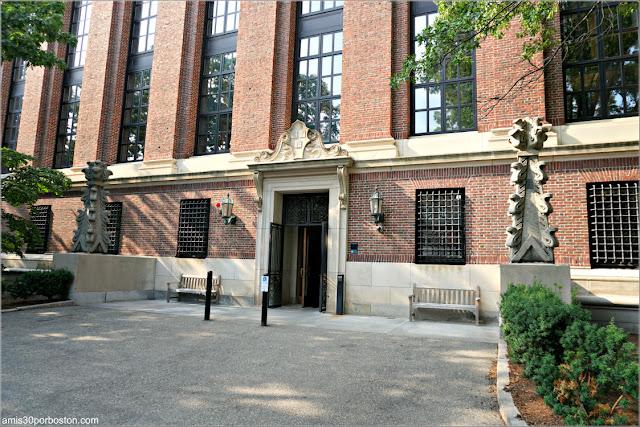 Pináculos de la Antigua Biblioteca en la Puerta Trasera de la Biblioteca Widener