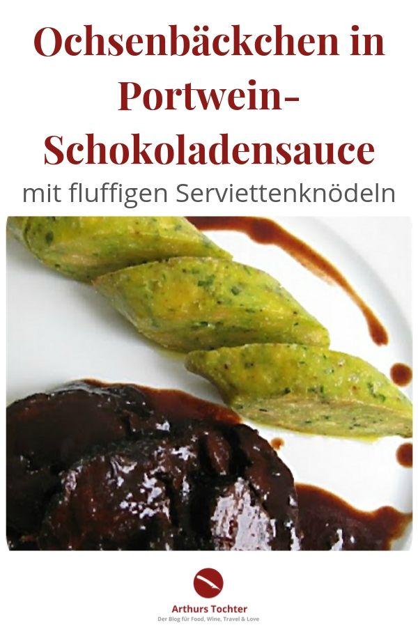 """Das berühmte Originalrezept aus Chefkoch.de von Arthurs Tochter, bekannt als """"Ochsenbacken-Queen"""". Die butterzarten und perfekt geschmorten Ochsenbacken hier in einer wahnsinnig tollen, tiefgründigen Sauce und Serviettenknödeln, die Dank eines Tricks besonders fluffig werden. #geschmort #rezept #originalrezept #arthurstochter #chefkoch #lafer #jamie #oliver #backofen #rotwein #portwein #schokolade #römertopf #fleisch #weihnachten #knödel #serviettenknödel #tm31 #wein #beilagen #polenta #foodblog"""