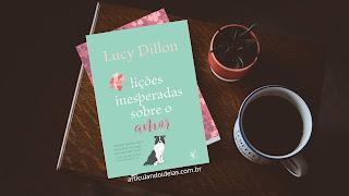 Livro sobre a mesa ao lado de uma xícara de café