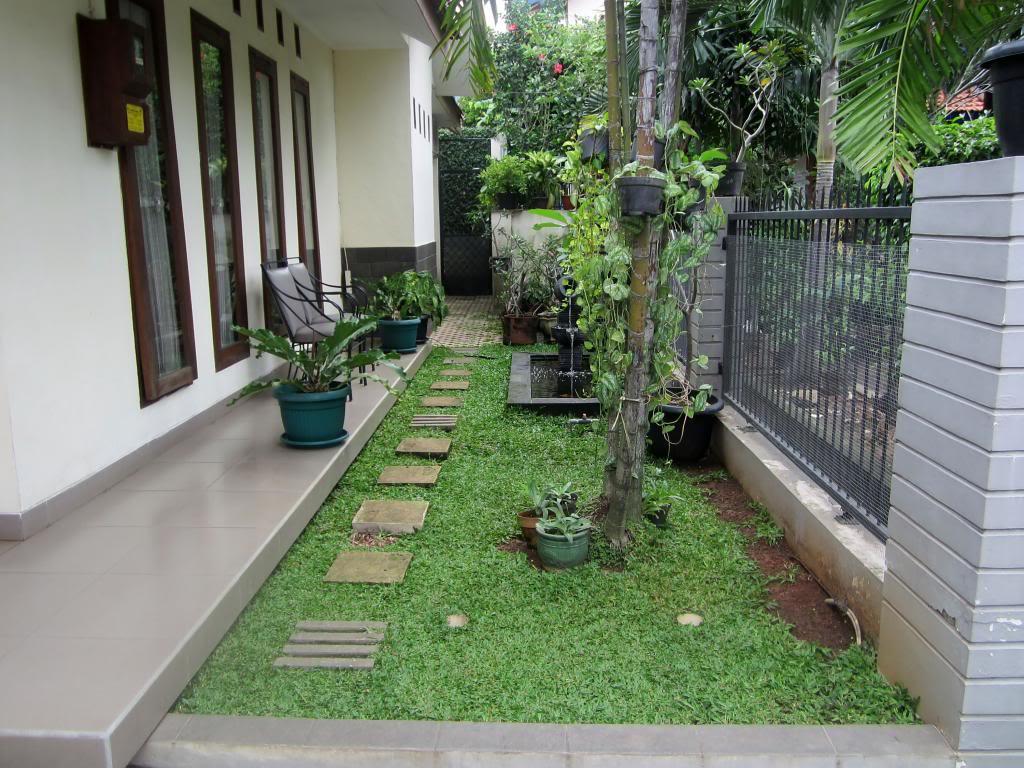 Teras Rumah Dengan Taman Memanjang Dan Disertai Pagar REFERENSI