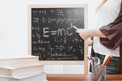 Formule scrise pe o tablă - foto de Jeshoots.com - unsplash.com