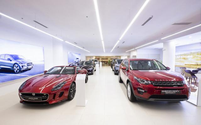 Các mẫu xe của thương hiệu Jaguar Land Rover đang được trưng bày tại Showroom