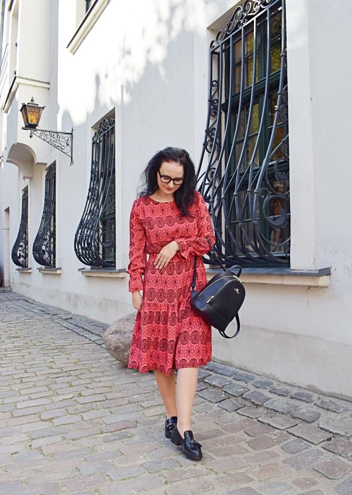 sukienka z marszczeniem w pasie