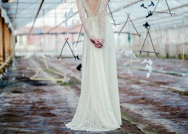 Koronkowa suknia ślubna z dekoltem na plecach
