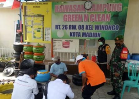 Serda Sumadi Babinsa Kel.Winongo Bersama Babinkamtibmas Kunjungi Pengrajin Bak Sampah Dari Ban Bekas