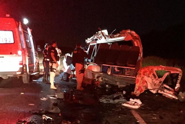 Batida entre van e caminhão deixa quatro mortos e quatro feridos em Barreiras