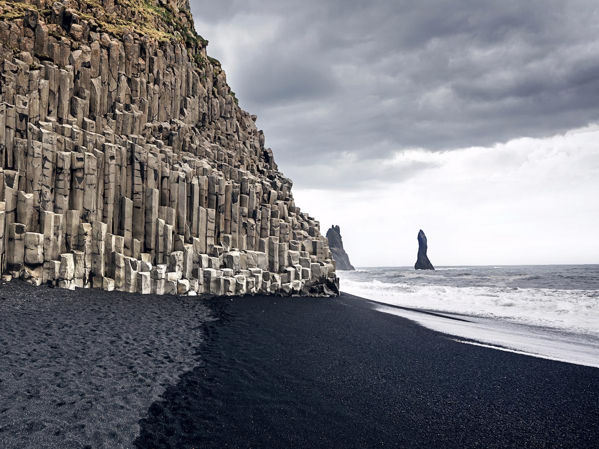 Скалы черного пляжа Рейнисфьяра в Исландии
