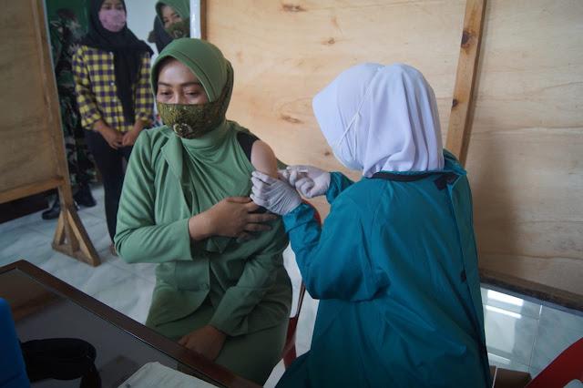 Vaksin Perdana terhadap 80 Angota Persit KCK Dan 20 Purnawirawan Bersama Warakauri