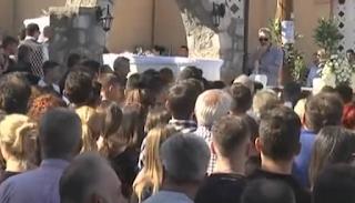 Ράγισαν καρδιές στο τροχαίο των δύο αδελφών: Κηδεύτηκαν σε λευκά φέρετρα και με Μητροπάνο