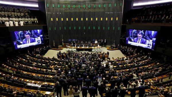 Congreso decreta días de luto por decesos de Covid-19 en Brasil