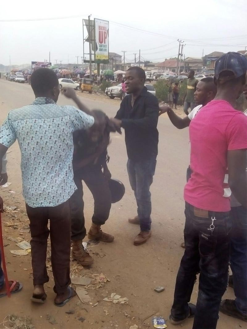 Photos: Police officer involved in physical fight in Aba, Abia State