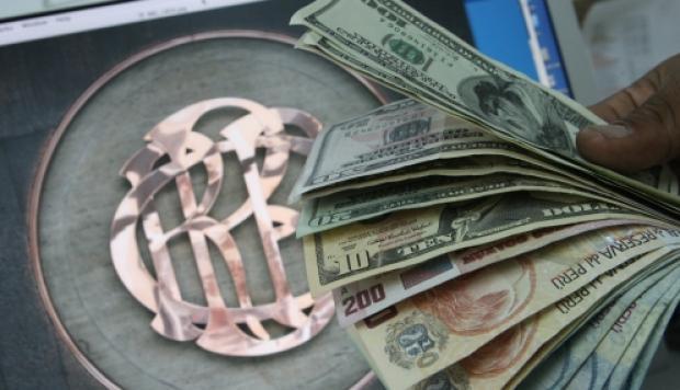 El dólar opera al alza