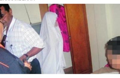 Wanita Ini Berpura-pura Sholat Saat Di Grebek Di Hotel, Tapi ia Lupa Kalau Dia Tidak Pakai….