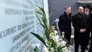 El Jefe del Estado depositó una ofrenda floral, firmó el libro de visitas de la entidad, ubicada en la calle Pasteur 633, en el barrio porteño de Once, y dialogó con familiares de las víctimas.