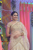 Actress Rakul Preet Singh Stills in Golden Embroidery saree at Rarandoi Veduka Chuddam Audio Launch .COM 0011.jpg