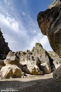 Grandes rocas rodean la ruta