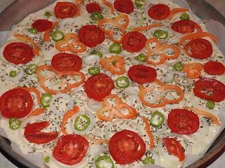 Pizza cu legume preparare reteta de post cu ceapa ardei rosii masline si branza tofu retete culinare de casa vegetariene,