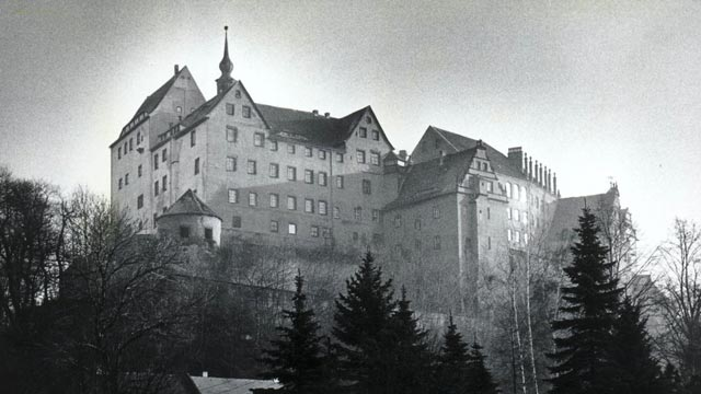 Douglas Bader spent much of the war in Colditz Castle POW camp worldwartwo.filminspector.com