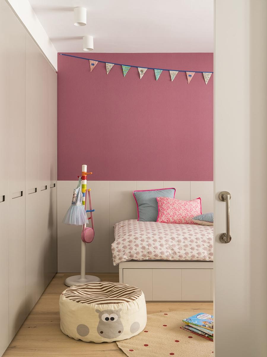 Drewno i kolory w pięknym mieszkaniu w Barcelonie, wystrój wnętrz, wnętrza, urządzanie mieszkania, dom, home decor, dekoracje, aranżacje, szarości, szary, grey, pudrowy róż, otwarta przestrzeń, drewno, pokój dziecka