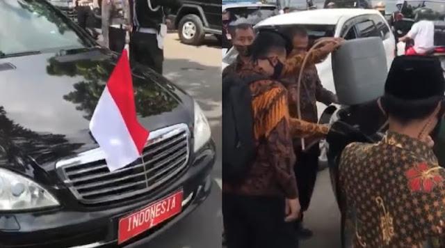 Mobil RI 2 Isi Bensin Eceran di Pinggir Jalan Pakai Jerigen