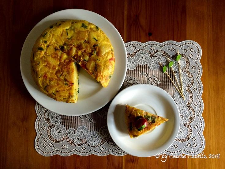 tortilla-patatas-cebolla-pimientos-mesa