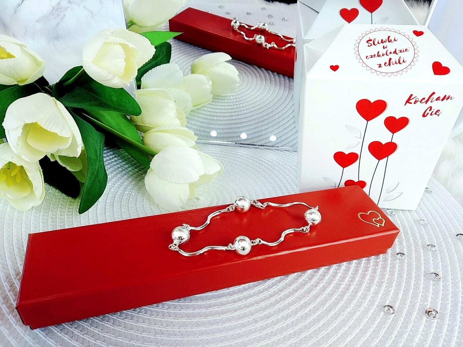 Srebrna biżuteria jako sposób na wywołanie uśmiechu na ustach ukochanej osoby -  Świętujemy Walentynki i Dzień Kobiet z twojesrebro.com
