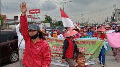 Aksi Petani Simalingkar ( Spsb ) Dan Sei Mencirim ( Stmb ) Tutup Jalan Tol Amplas Medan