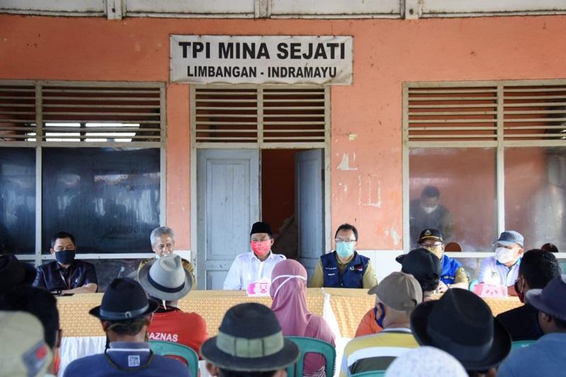 Uu Ruzhanul Sosialisasikan Protokol Kesehatan kepada Nelayan Indramayu