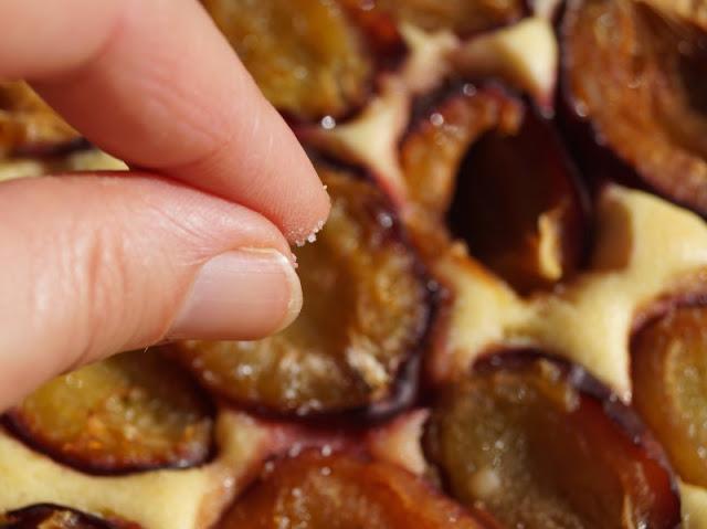 Schwedischer Pflaumenkuchen vom Blech: So einfach und lecker! Wenn das Blech aus dem Ofen kommt, einfach die Pflaumen oder Zwetschgen mit Zimt oder Vanillezucker bestreuen!