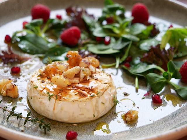 Gebackener Camembert mit karamellisierten Nüssen und fruchtigem Salat