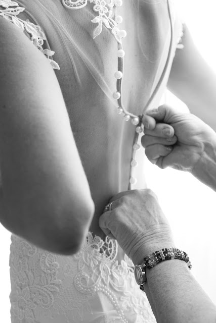 Detail of hands zipping Jenna's wedding gown for her Willow Ridge Country Club Wedding | Karen Hill Photography