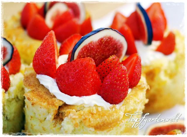 Biskuittörtchen gefüllt mit Mascarpone garniert mit Feigen und Erdbeeren