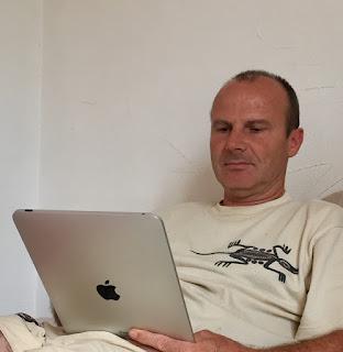 Ghislain Messe en train de lire sur iPad