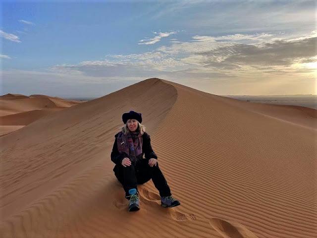 alba sulle dune con abbigliamento pesante