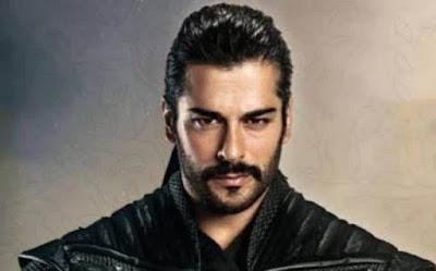 بطل مسلسل قيامة عثمان يتسلم جائزة أفضل ممثل تركي لعام 2020 من الرئيس التركي أردوغان