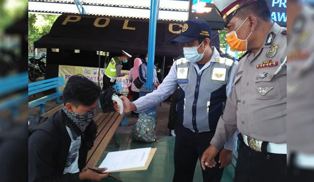 Pengecekan kesehatan penumpang di terminal
