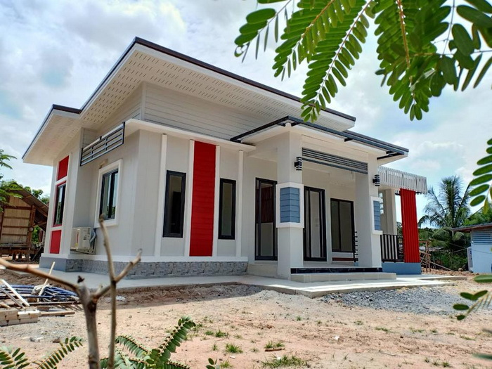 5 Eye-catching Houses Built on Small Lot Areas The modern style house consists of 2 bedrooms, 1 bathroom, 1 living room with balcony, living area of 66 square meters and the total construction cost of 500,000 Baht or 800,000 in Peso. This modern single-storey house consists of 2 bedrooms, 1 bathroom, kitchen, hall and front porch. The construction cost 750,000 Baht or 1.2 Million in Peso. Modern style house. It is consists of 2 bedrooms, 1 bathroom and living space around the house. The budget for the construction of 500,000 baht or 800,000 in Peso. For modern style home, there are 3 bedrooms, 2 bathrooms, 1 kitchen, 1 living room and 104 square meters. The total cost is 770,000 baht or 1.23 Million in Peso. Modern tropical style home consists of 1 bedroom, 1 bathroom, central hall, kitchen and laundry room. The living space is 77 square meters.