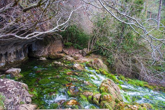 Salto de agua nacimiento del rio Cuervo. Cuenca
