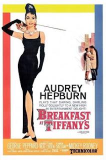 Cartel de Breakfast at Tiffany's, Desayuno con diamantes (Blake Edwards, 1961). El cartel muestra un estilizado dibujo de Audrey Hepburn con vestido negro, guantes negros, pelo negro recogido, un collar de brillantes sobre su cuello, un cigarro emboquillado largo y un gato sobre sus hombros