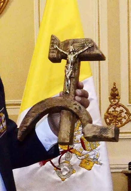 O crucifixo marxista blasfemo, símbolo da aliança do comunismo bolivariano e o pontificado de Papa Francisco