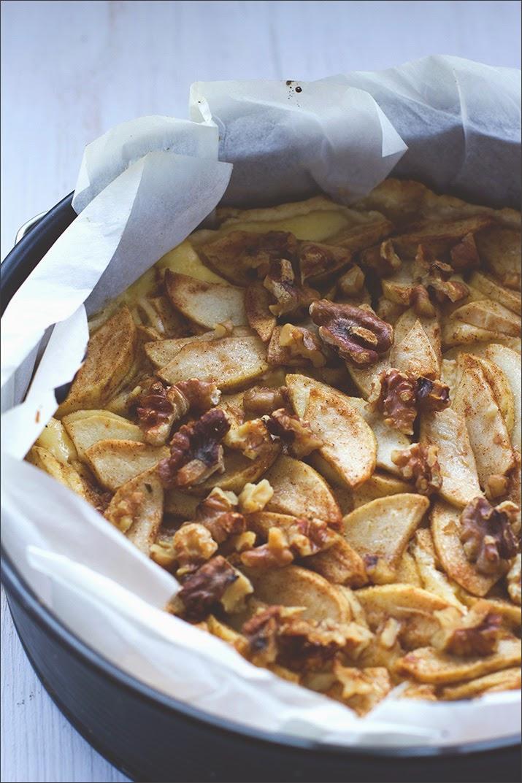 Fertig gebackener Apfelkuchen in einer Springform