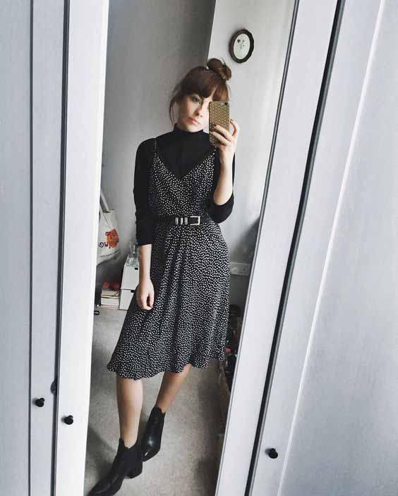 vestido midi por cima da blusa de gola alta preta