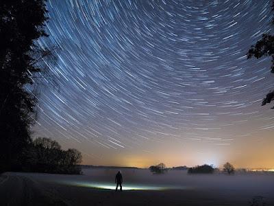 orang sedang memandang bintang, orang melihat bintang, orang melihat bintang di malam hari, lautan bintang, langit malam, astronomi