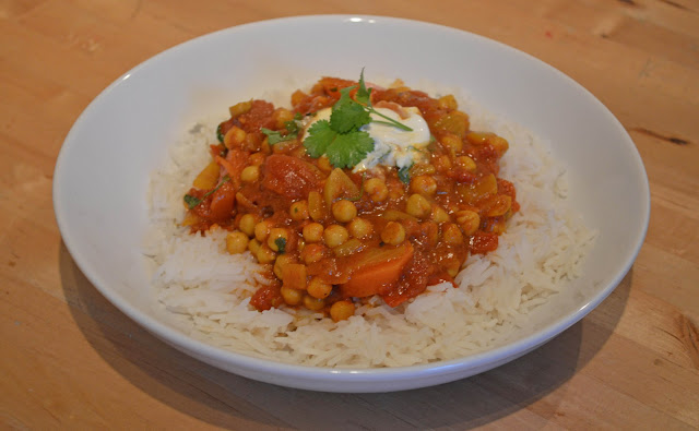 Chickpea curry with rice and yogurt