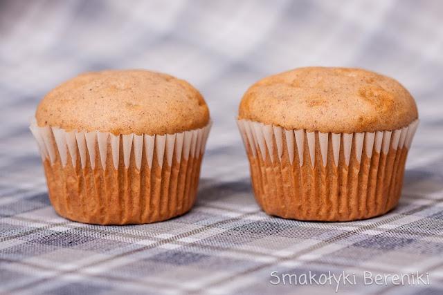 dwie muffinki cynamonowe