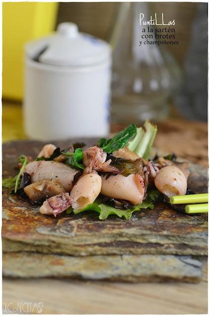 Puntillas a la sartén con brotes y champiñones