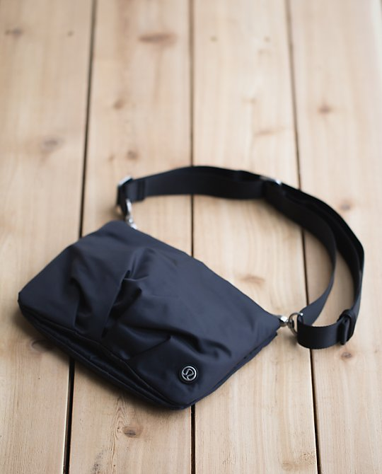 lululemon-hip-to-be-free-bag