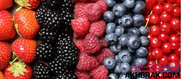 التوت يساعد على خفض مستوى السكر في الدم فتناول الفواكه خاصة التوت يخفض من خطر الاصابة بالنوع الثانى من مرض السكرى .  التوت ايضا يقلل خطر الاصابة بسرطان البنكرياس لان التوت يدخل في تكوينه مركب البتريوستيلبيني الذي  يقضى على خلايا سرطان الرئة والمعدة والبنكرياس والثدي.