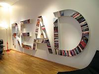 Duvarda İngilizce read sözcüğünün harfleri şeklinde tasarlanmış olan ve içinde kitaplar bulunan kitaplık